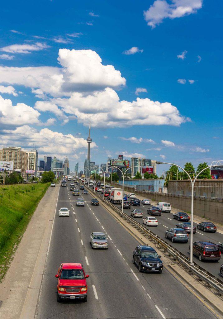Đường phố tại Toronto luôn tấp nập. Ô tô là phương tiện di chuyển cá nhân lý tưởng tại Canada.