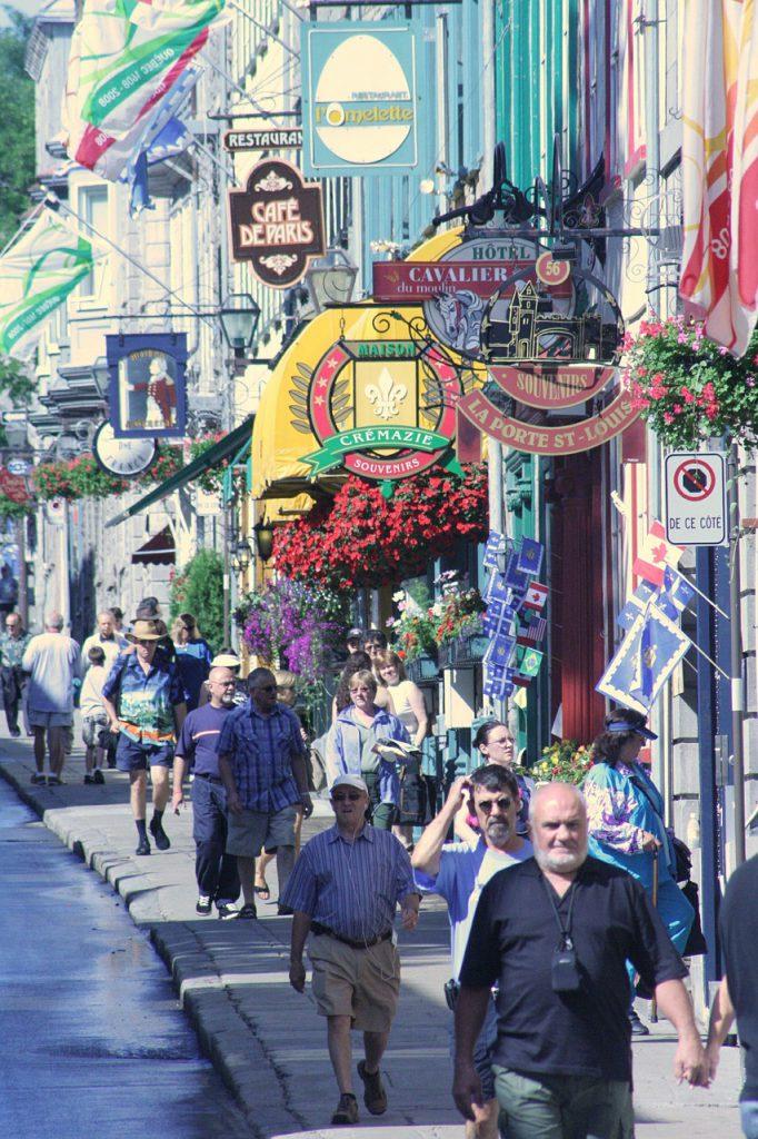Khung cảnh nhộn nhịp tại một con phố đẹp lãng mạn của tỉnh bang Quebec.