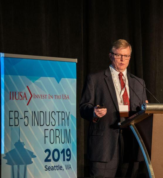 Ông Charles Oppenheim - Trưởng phòng Báo cáo và Kiểm soát Visa, Bộ Ngoại giao Hoa Kỳ trình bày về thống kê EB-5 tại diễn đàn Seattle vừa qua.